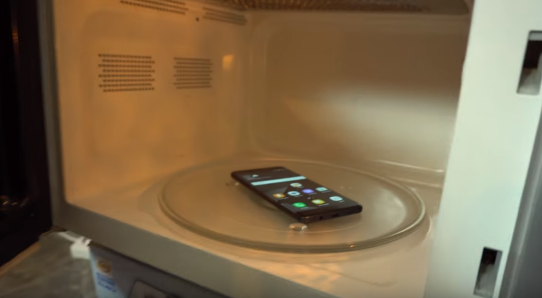 This is What Happens if You Put a Samsung Galaxy Note 7 in a Microwave Oven